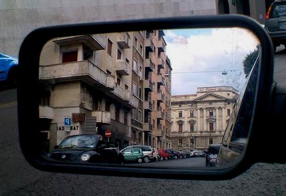 Tribunale nello specchio di BINGA-BONGA