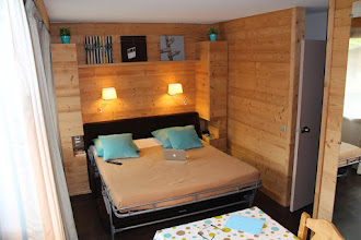 Photo: Canapé déplié, couchage en 160, couverture polaire, alèze, oreillers fournis.