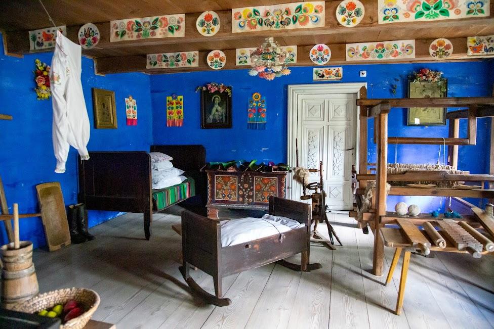 Skansen w Maurzycach, wnętrze chaty, łowickie wycinanki