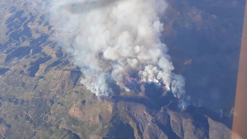 Las Llamas desataron una columna de humo visible desde puntos relativamente lejanos, como Águilas, en Murcia.