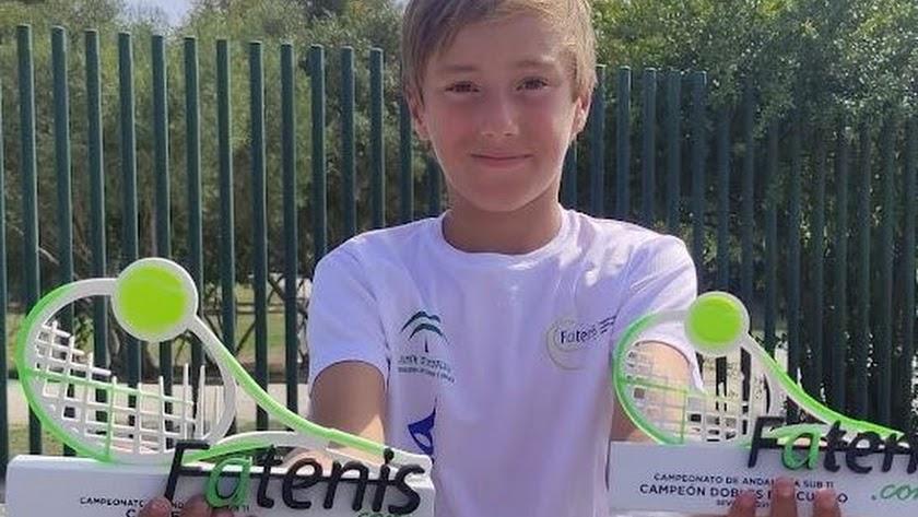 El joven roquetero con sus dos trofeos.