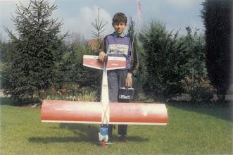 Photo: Avril 1989, Stéphane pose fièrement avec son premier avion un Super Chart de Simprop, moteur OS 3,5cm, Tx/Rx Graupner en 72 400.