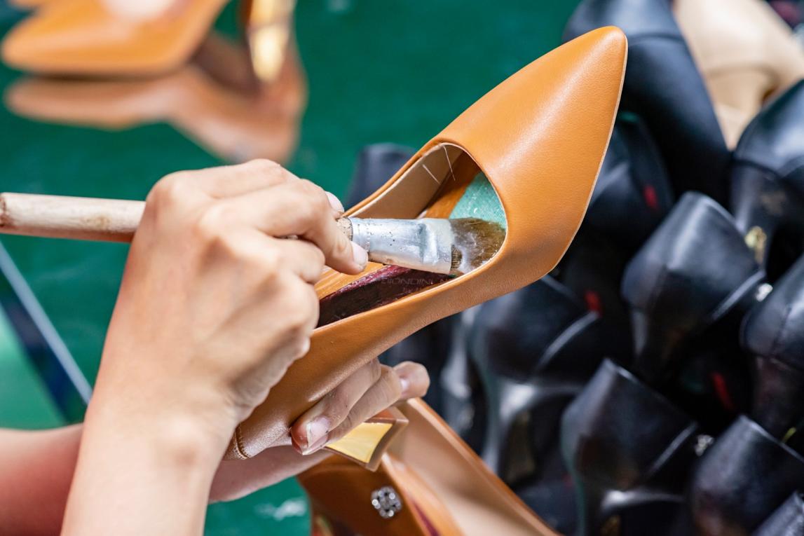 Những khó khăn gặp phải khi làm việc với các xưởng sản xuất giày da
