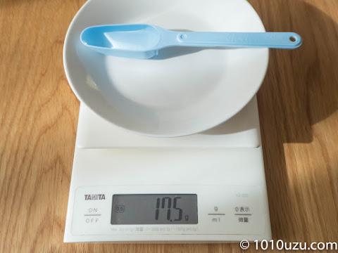 ぐんぐんの50 mlスプーンに水をすりきり入れると17.5g