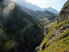 Photo: Le ripide pareti ai piedi delle quali scorre il Neste de Clarabide.