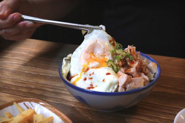 兩津號雞肉飯:辣的超過癮銷魂的十三香果仁椒麻乾拌麵,特色雞盅,很不一樣的小吃店。