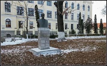 Photo: Str. Dr. Ioan Ratiu, Nr.111 - Colegiul Mihai Viteazul,  Bustul lui Teodor Murasanu - 2017.01.26