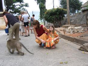 Photo: Doreen Wolff und Tochter Stella beim Affen füttern
