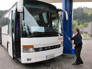 Photo: Rou5Ins421-151004lavage vitres bus par Lucian, chauffeur, VatraDornei, arrêt TK, station service IMG_9188