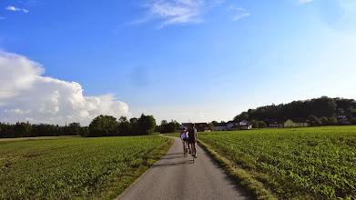 Photo: Traunradweg, hier zwischen Wels und Lambach.  Guter Asphalt fürs RR, alles flach und easy. Es rollt gut am Abend.
