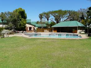 Photo: Swembad by ingang met klein kroegie