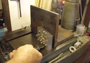 """Photo: Le moule est appuyé sur un """"dissipateur"""" pour accéléré le refroidissement"""