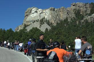 Photo: Mount Rushmore i uczestnicy zlotu w Sturgis