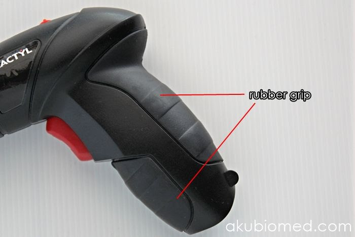 rubber grip yang lembut dan ergonomik dapat dipegang dengan kemas.