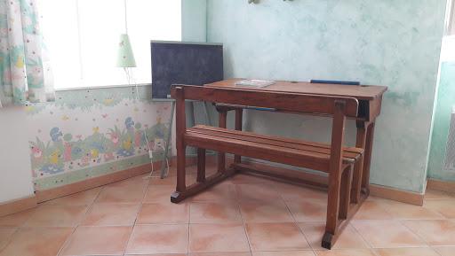 B&B Cottage at Le Clos de la Garenne guest house for a family of 3 : special school writing desk