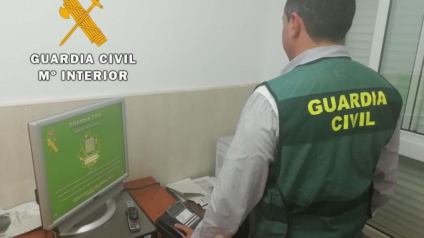 La Guardia Civil investiga al acusado del robo.
