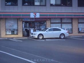 Photo: 玄関に車を横付けして閉店したコンビニ