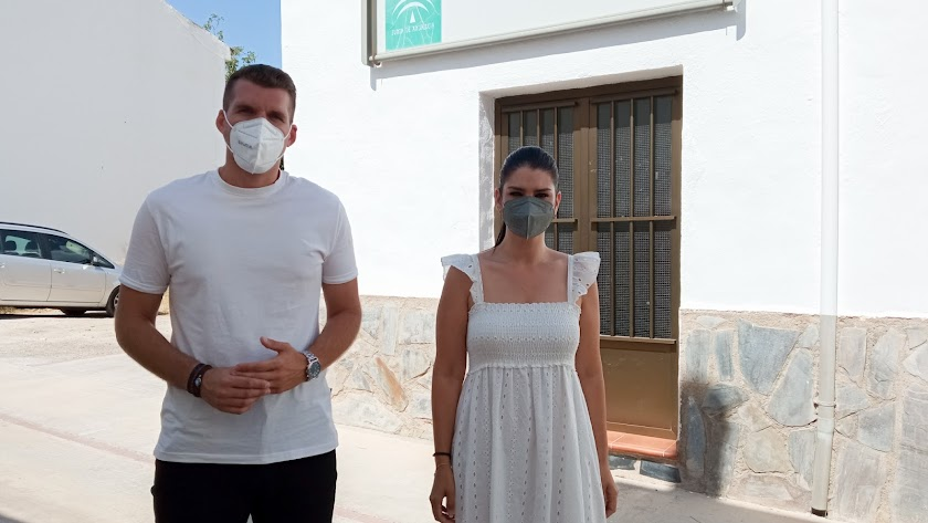 José Manuel Montero y Noemi Cruz junto al consultorio de Fuente Victoria.
