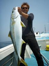 Photo: ・・・あはは。 船頭さん。 シャクったらズドン! 他の方の仕掛けと「おまつり」しましたが無事ヒラスキャッチです。 8.4kgでした。スイマセン。