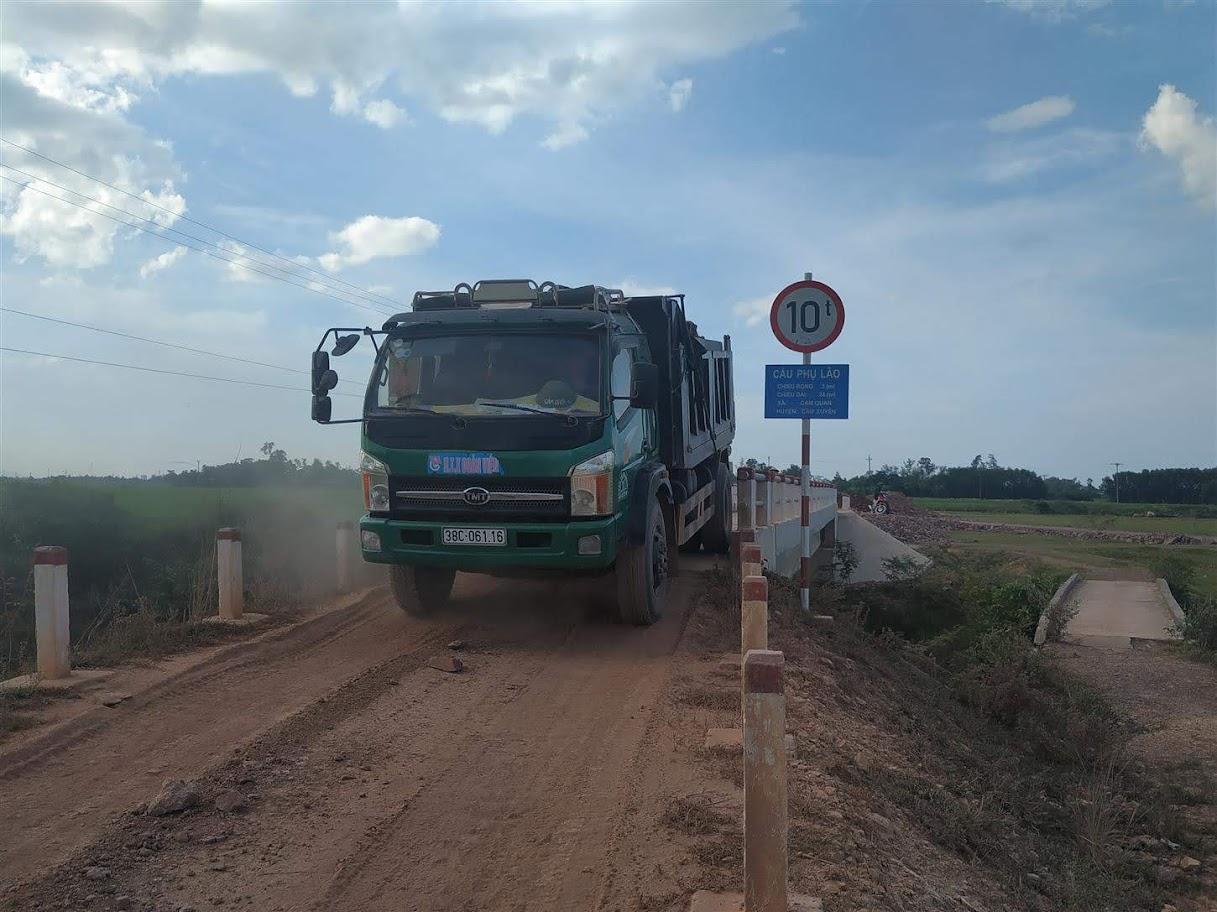 Xe trọng tải lớn chở đất chạy qua chiếc cầu trong tải 10 tấn