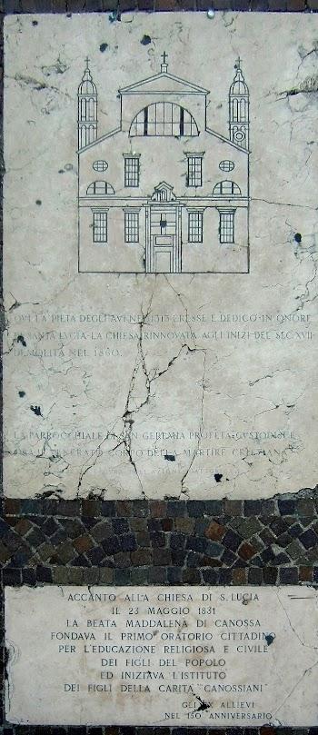 Die Gedenktafeln im Pflaster vor dem Bahnhof Venezia SL