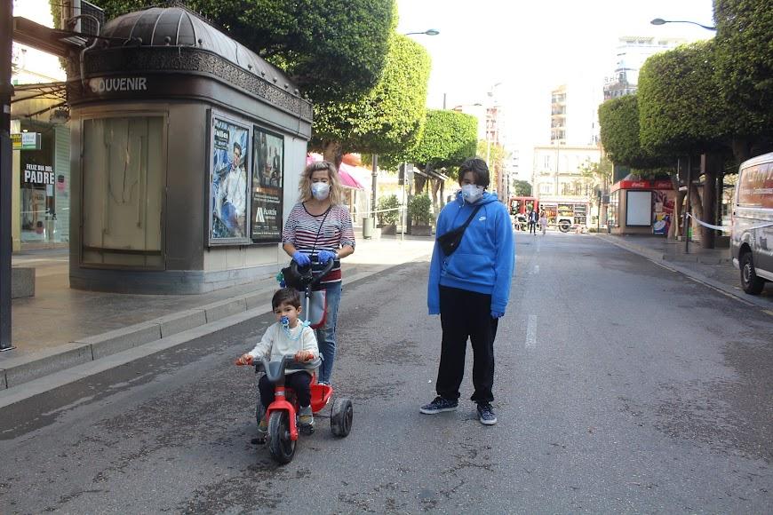Junto a su madre en el Paseo de Almería.