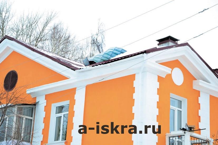 Крыша на доме №32 по улице Береговой: вид снаружи и внутри