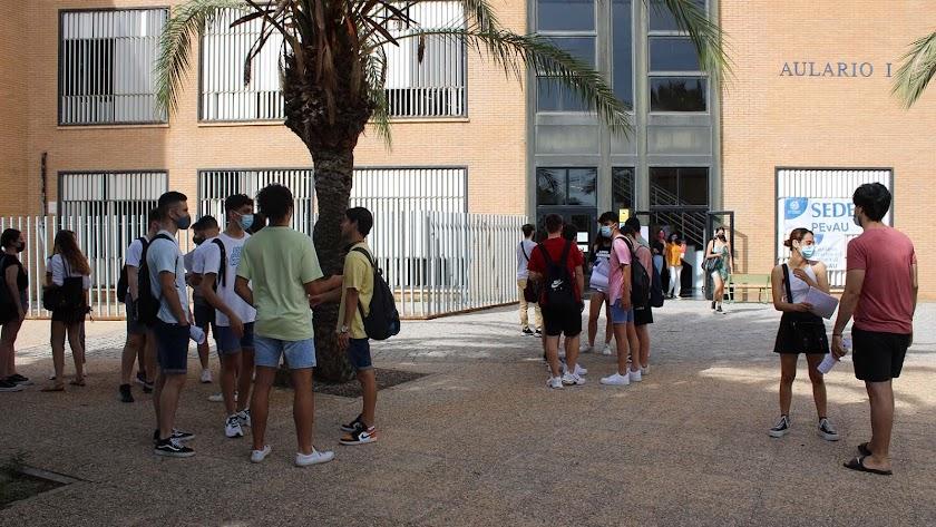 Estudiantes durante la prueba de junio en la UAL.