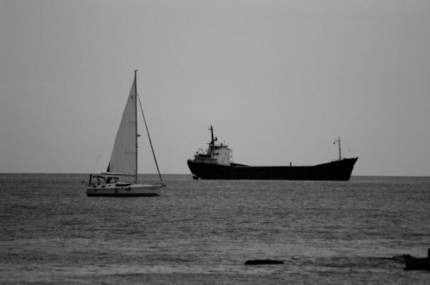 La barca a vela e la petroliera. di Lamberto