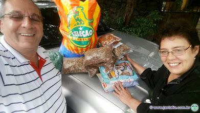 Photo: Mais uma cota de ração para os cães e gatos da Profa. Ana Cristina