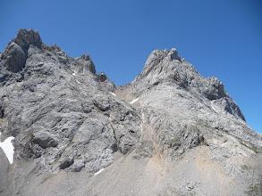 Photo: Atrás, a la derecha queda Peña Santa de Enol, con la Horcada de Santa María en el centro, por donde bajamos, ya que subimos por su parte superior, el diedro de subida a la cima queda bien marcado.