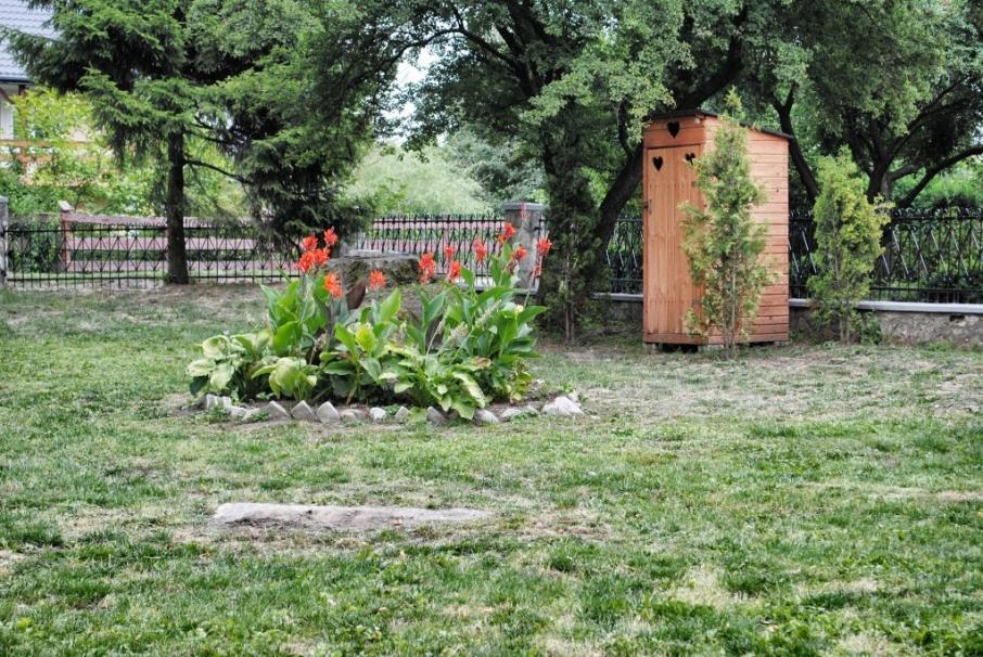 Дерев'яний туалет на території цвинтаря у с. Гостинне, що у Люблінському воєводстві Польщі. Фото: orthodox.fm