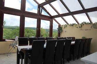 Photo: Serre met eettafel en pracht uitzicht