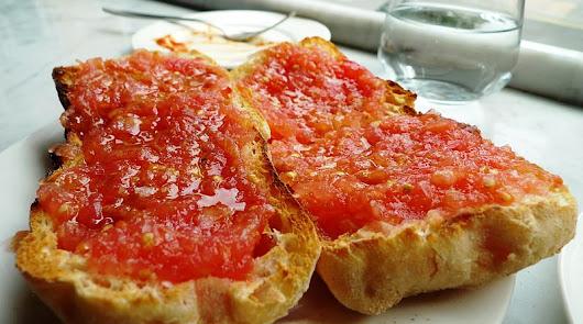 ¿Primero el aceite o el tomate? Así se hace una tostada