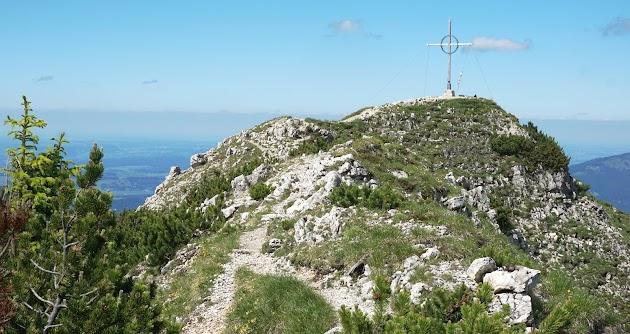 Blick auf Gipfelkreuz Bschießer und Kammpfad Allgäu Tirol