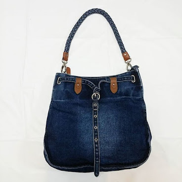 Item No. H004-350-300 Denim Handbag. appx. 32cm × 30cm. Denim trip. 11cm height  strips height.  Base width 4.5cm. Dettachable strip and Iong strip proivided. 編號 : H002-350-300 洗水牛仔布手袋.  約32厘米 x 30厘米. 洗水牛仔布手帶, 高度約11厘米.  底濶4.5厘米。可拆除手帶及附送長帶  #手袋。#袋  #袋子。#手抽袋。#手袋仔。#衣服。 #韓。 #時裝。  #時尚。 #時尚精品。 #熱。 #熱賣。 #歐美。 #bag。#bags。#handbag #handbags。#slingbag hk。#hkgirl。 #hkonlineshop。 #hkig。 #晚裝。 #東大門。 #instafashion.  #fashion.  #fashionista.  #fashiondaily.  #fashionlover