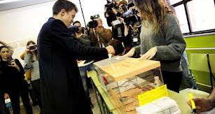Iñigo Errejón ejerciendo su derecho al voto en el madrileño Colegio Santa Teresa de Jesús.