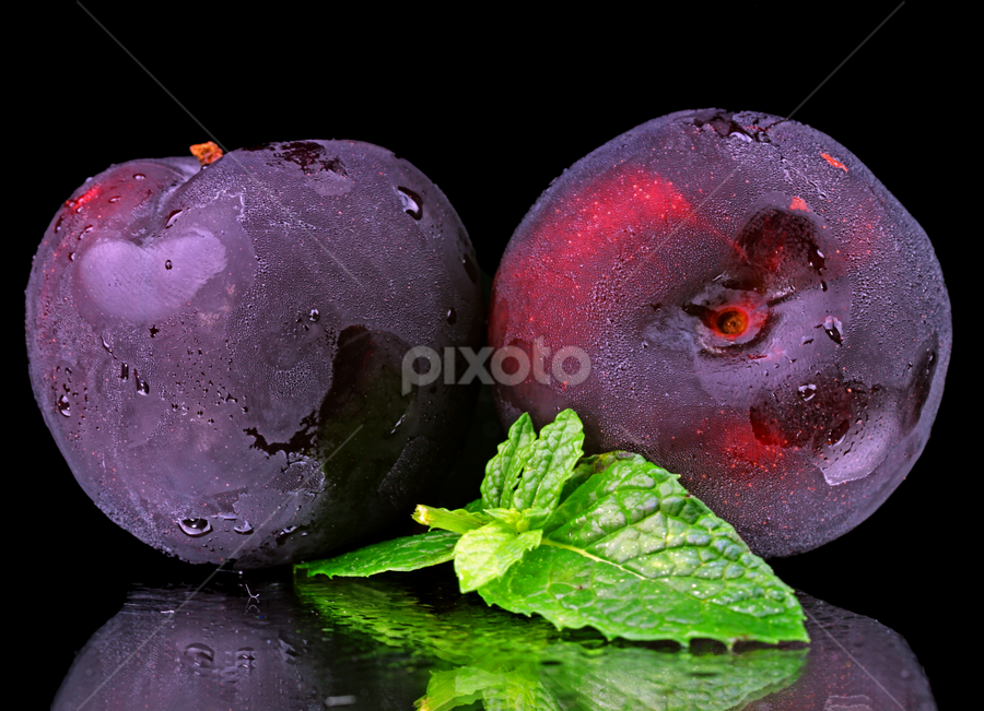 by Dipali S - Food & Drink Fruits & Vegetables ( juicy, seasonal, smooth, bright, shipment, plenty, round, shipping, organization, fresh, hsiao, patterns, plump, purple, plastics, plums, fruits, organized, delicious, shacks, rows, edible, picked, tasty, arrangement, sweet, red, foods, seasons, arranged, ripe, brilliant, eat, harvest, crate, pluots, produce )