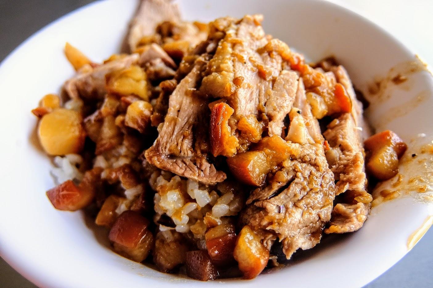 鴨肉飯,跟之前差不多,飯上頭放著無骨鴨肉片,淋上許多帶油花的肉燥