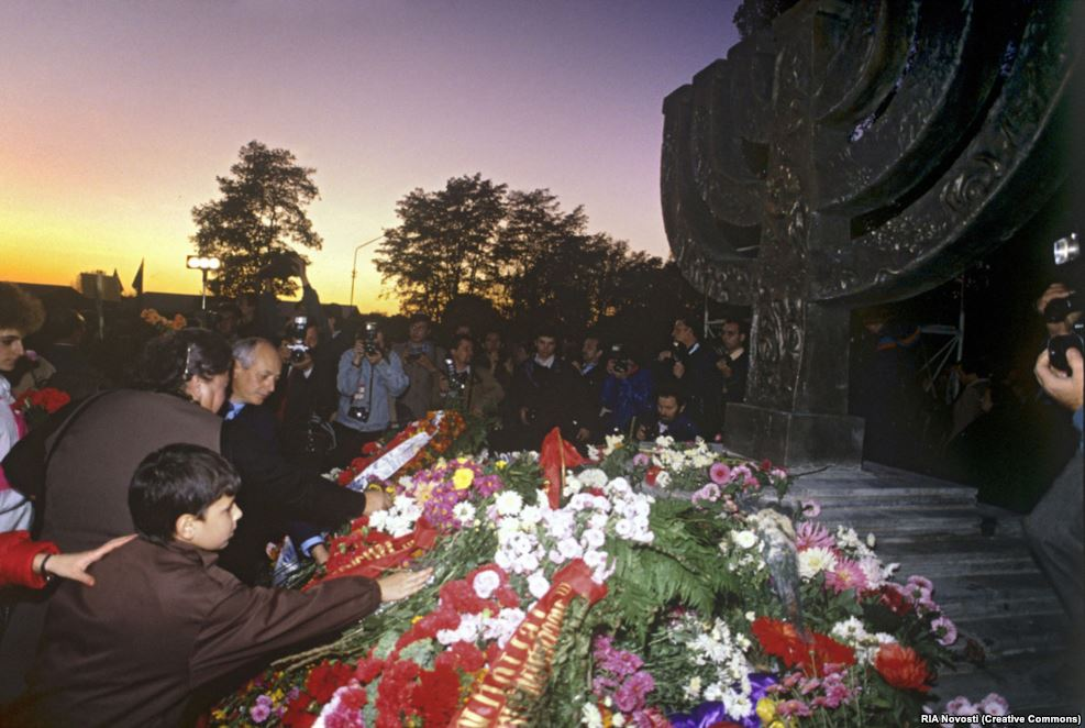 Только через полвека после трагедии, когда Украина обрела независимость от СССР в 1991 году, в Бабьем Яру возвели отдельный мемориал, посвященный еврейским жертвам. На открытие памятника в виде меноры собрались сотни людей