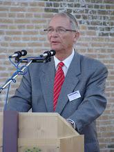 Photo: Voorzitter van de stichting de Korenbloem Hans Jager Bruining spreekt de aanwezigen toe