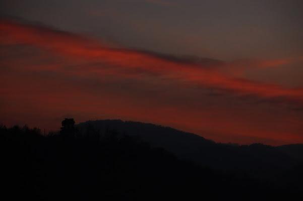Cielo rosso sulle colline di marcaval
