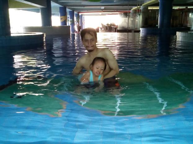 Pertama menyentuh air kolam indoor Atlas, brrrrr...