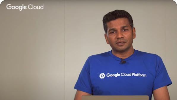 Un hombre con una camiseta azul de GoogleCloudPlatform posa frente a la cámara