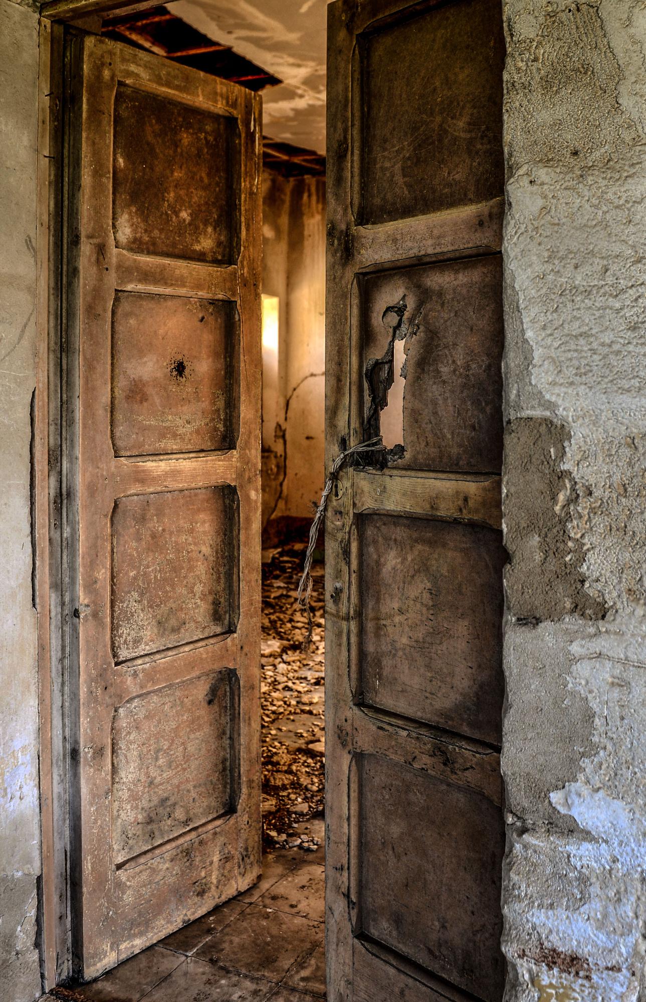 oltre la porta ... solo rovine di Diana Cimino Cocco