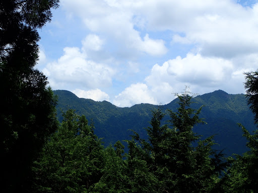 白鬚岳(右)と小白鬚岳(左)