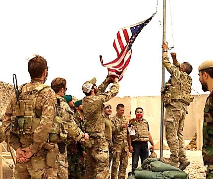 Cờ Mỹ được hạ xuống trong lễ chuyển giao ở trại Anthonic, miền nam Afghanistan, ngày 2/5/2021. (Ảnh: AP)