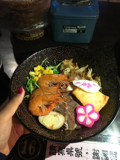 今日路過品嚐了什錦乾伴拉麵🍜 出餐速度快 服務也很友善 推薦平價拉麵
