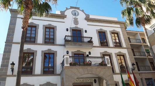 El edificio del Ayuntamiento de Adra cierra por el positivo de un trabajador