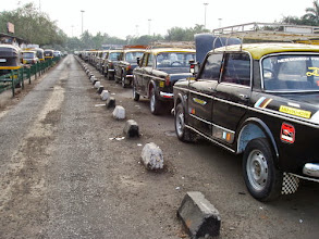 Photo: Taxis lined-up in front of old Mumbai International Airport terminal. Photo was taken at around 2007. None of their engines was turned on, and drivers were peacefully sleeping inside or taking chai.   7th October updated (日本語はこちら) - http://jp.asksiddhi.in/daily_detail.php?id=665